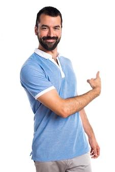 Uomo con camicia blu che indica indietro