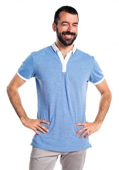 Uomo con camicia blu che ammiccano