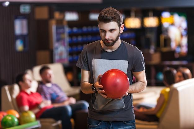 Человек с шаром для боулинга