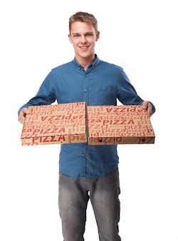 ピザの箱を持つ男