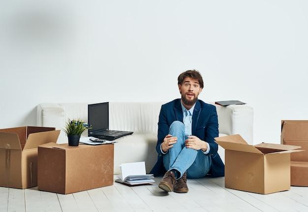 Человек с упаковкой коробок увольнение профессионала
