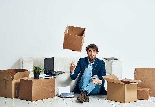 해고 직업 전문가를 포장하는 상자를 가진 남자.