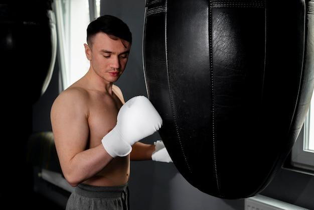 Человек с портретом боксерские перчатки