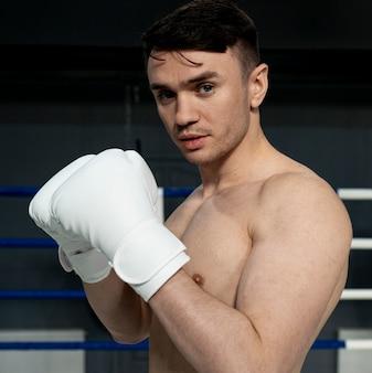 Uomo con guantoni da boxe allenamento