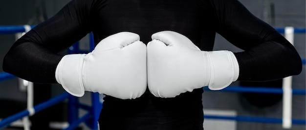 Человек с тренировкой боксерских перчаток
