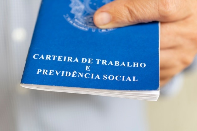 브라질 작업 카드를 가진 남자입니다. 고용 및 급여 인상의 개념입니다.
