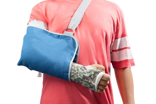 치료를 위해 캐스트 및 슬링을 사용하여 부러진 뼈 팔을 가진 남자