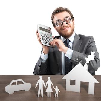 電卓と家族の段ボールモデルを持つ男