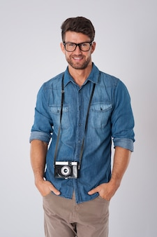 Uomo con la macchina fotografica che tiene il suo collo