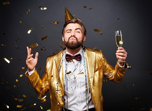 Человек с губами дует шампанское