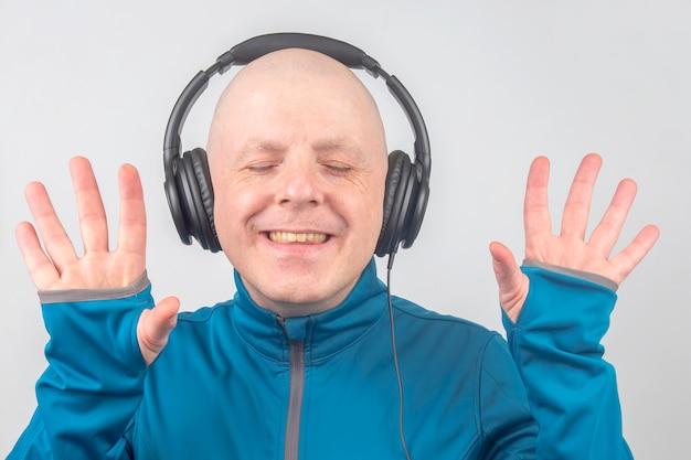 닫힌 눈을 가진 남자는 헤드폰으로 음악을 듣는
