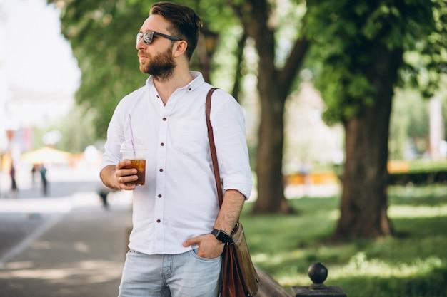 Uomo con caffè