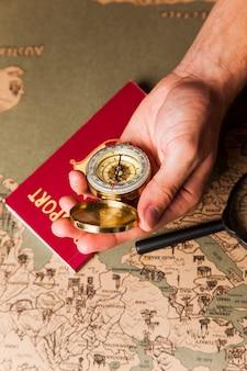 コンパスとパスポート付きの男