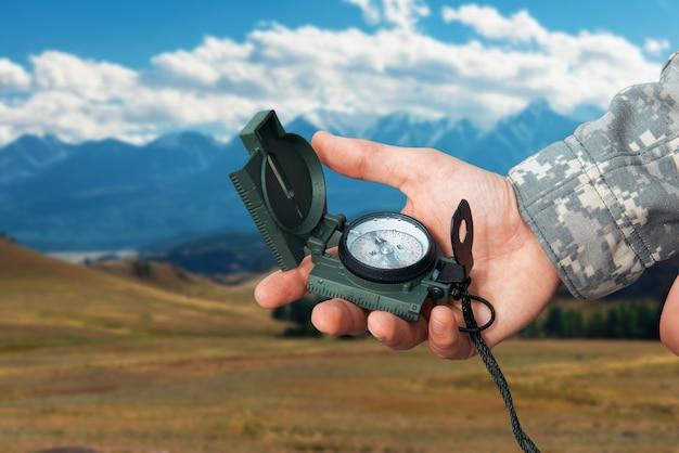 Человек с компасом в горах алтая