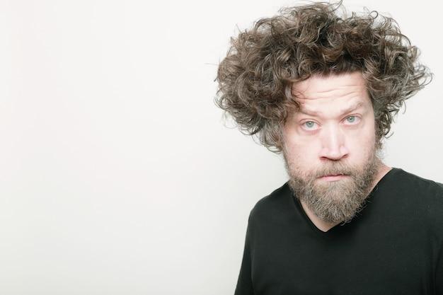 Человек с длинными волосами cray на белом