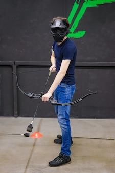 Человек с луком стрел арбалета. лучник целится, снайпер. арбалетная дубинка.