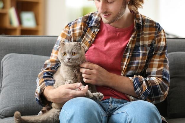 家でかわいい面白い猫を持つ男