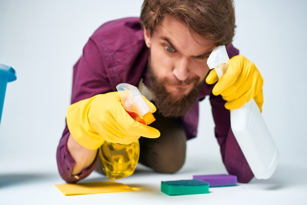 洗剤洗浄アクセサリーの日常業務を持つ男