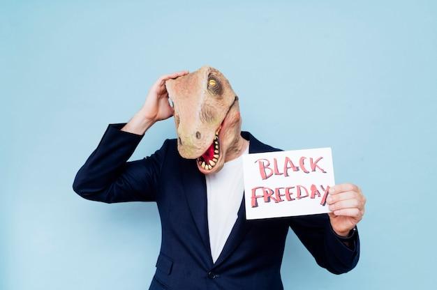 恐竜のマスクを持つ男。ブラックフライデー。