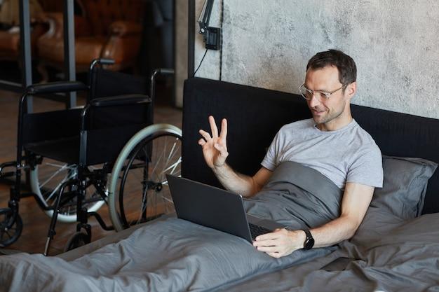 自宅でビデオチャットを使用して障害を持つ男性