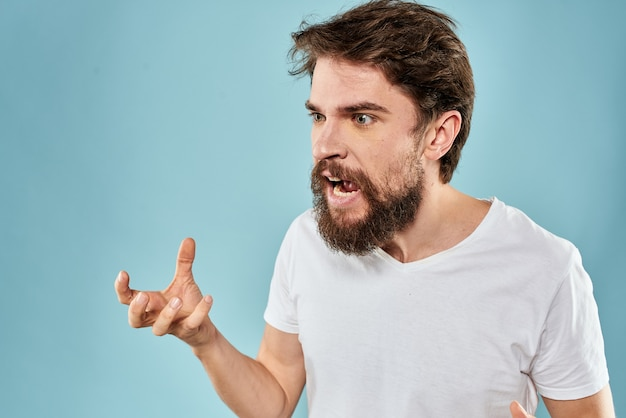 Человек с недовольным выражением лица, жестикулирующим с синими руками студийного образа жизни.