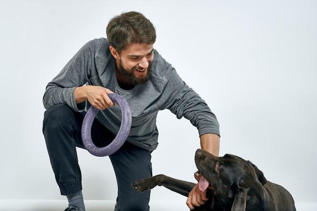 灰色のリングで犬の訓練を持つ男