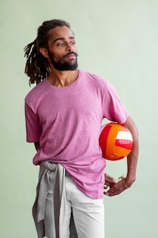 よそ見しながらバスケットボールをする恐怖を持つ男