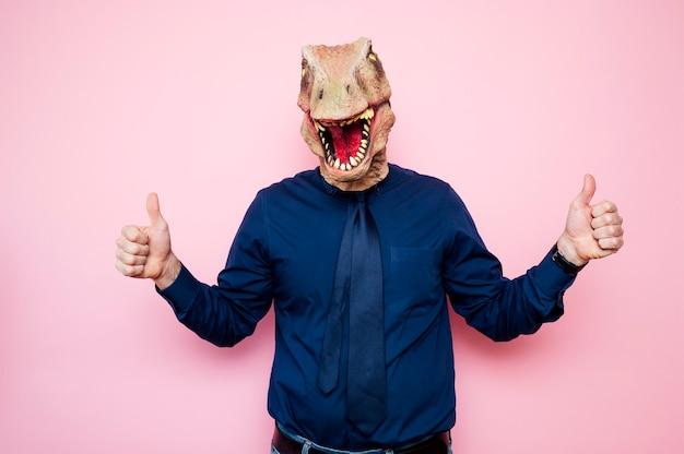 陶酔感のある恐竜の頭と指を上げた男