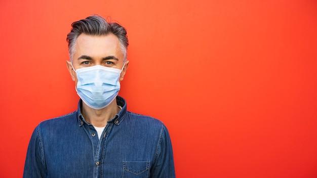 フェイスマスクと社会的距離の概念を持つ男