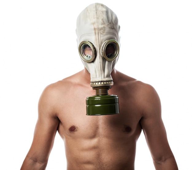ガスマスクを持つ男