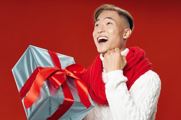 Человек с подарком весело день рождения праздник белый свитер радость образ жизни