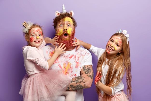 Мужчина с рыжей бородой и его дочери в грязной одежде
