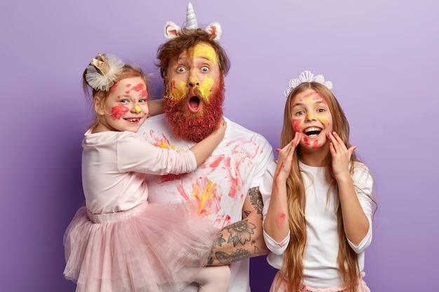 生姜のひげを持つ男と汚れた服を着ている彼の娘
