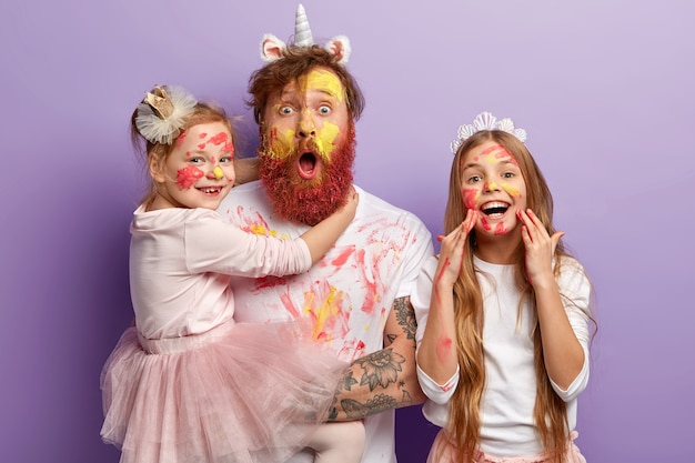 Uomo con barba allo zenzero e le sue figlie che indossano vestiti sporchi
