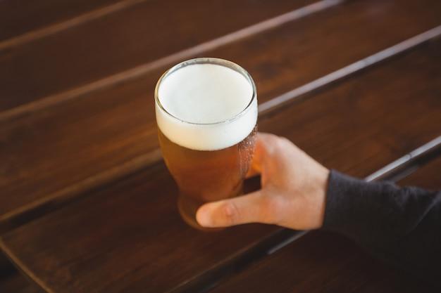 Человек с бокалом пива