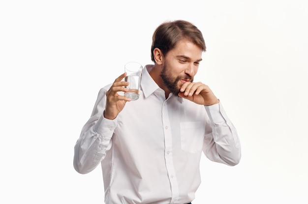 Человек со стаканом воды белая рубашка образ жизни пить светлый фон