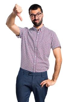 悪い信号をしているメガネを持つ男