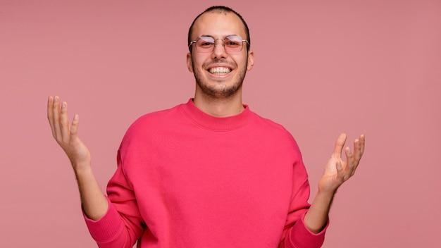 Человек в очках смеется