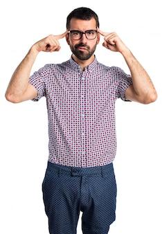 思考の眼鏡を持つ男