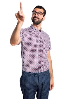 透明な画面に触れる眼鏡を持つ男