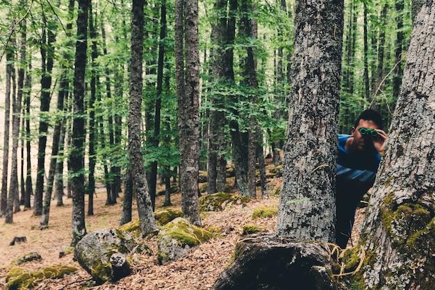 숲을 탐험하는 녹색 고글을 가진 남자