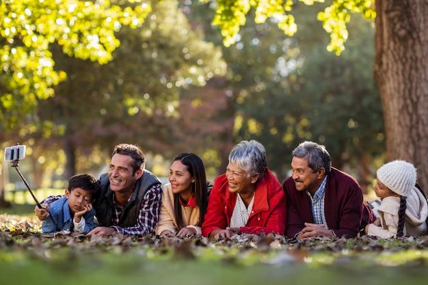 Человек с счастливой семьей, принимая селфи