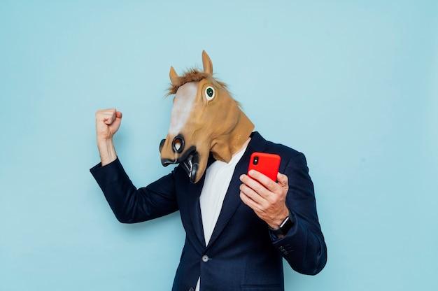 幸せな馬マスクを持つ男