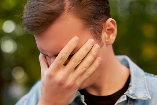 두통, 편두통 또는 스트레스를 가진 남자. 도움말, 의사 소통 문제, 과로 개념
