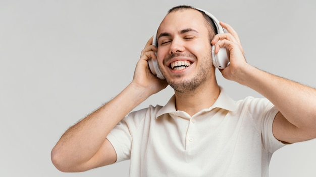 笑っているヘッドフォンを持つ男