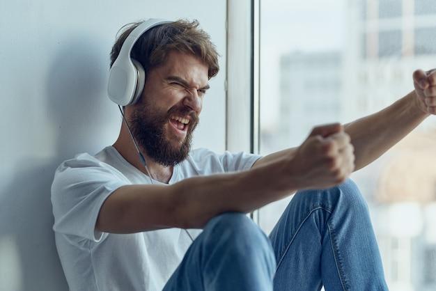 音楽のライフスタイルを聞いているヘッドフォンを持つ男