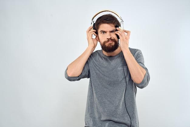 ヘッドフォン音楽ライフスタイル感情技術モダンスタイルレジャーエンターテインメントライトを持つ男。