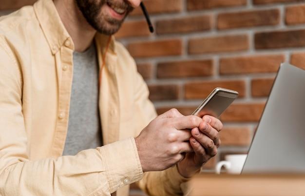 Человек с гарнитурой с видеозвонком на ноутбуке