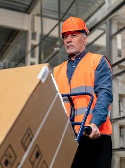 상자를 들고 헬멧을 가진 남자