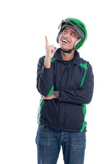 Человек в шлеме получает идею, глядя вверх, указывая рукой